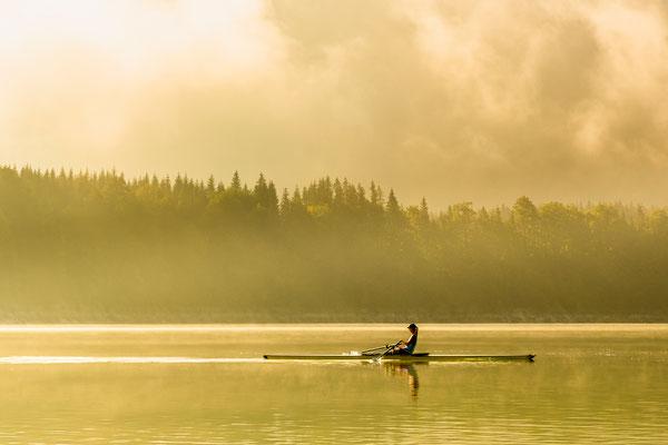 Rike und ihr Skiff im goldenen Morgenlicht