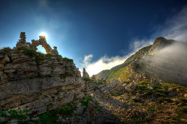 Steinbogen mit Sonne auf dem Gipfel des Schafreuter / Deutschland (Bildnummer 110801_8685)