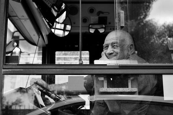 Busfahrer an einer Ampel / Israel (Bildnummer 100319_2639)
