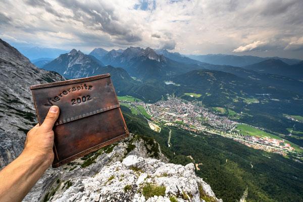 Gipfelbuch und Mittenwald