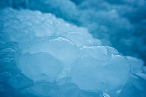 Eisbubbel unter einem Wasserfall / Österreich (Bildnummer 3296)