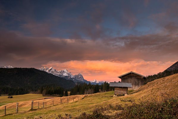 Hütten und Zugspitze im Herbst / Deutschland (Bildnummer 9360)