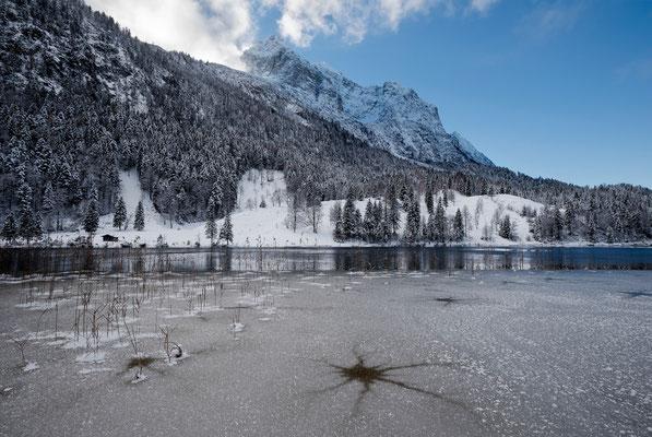 Eisloch und blaues Licht am Ferchensee / Deutschland (Bildnummer 752301)