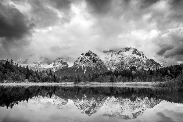 Luttenseespiegelung des Karwendel in Schwarzweiß