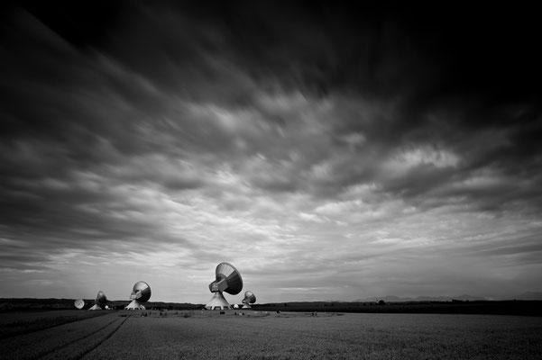 Erdfunkstelle Raisting mit Kornkreis bei aufziehendem Unwetter / Deutschland (Bildnummer 5168)