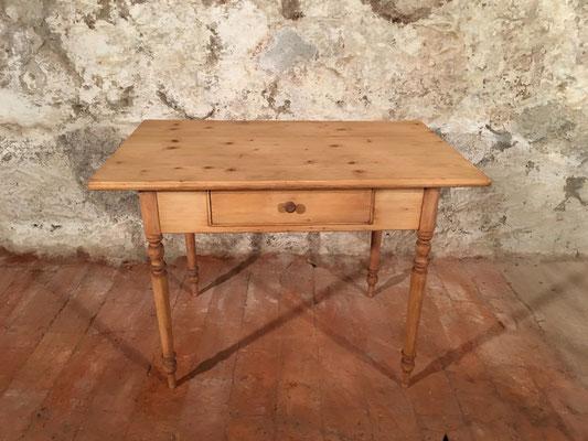 Tannenholztisch mit Schublade. 110 x 70cm H: 78.5cm
