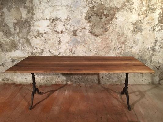 Nussbaum-Beizentisch, 215 x 90cm, H: 76.5cm