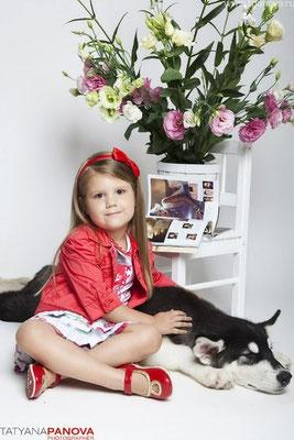 Фотограф: Панова Татьяна; модель Кира; щенок аляскинского маламута Бальтазар