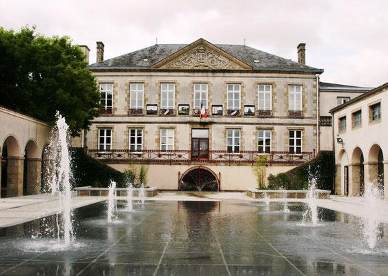 Hotel de ville, musée, galerie les arcades (expositions tableaux, sculptures, photos, etc...)
