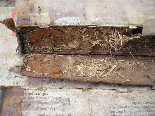 alter Buchrücken mit Stroh aufgefüllt