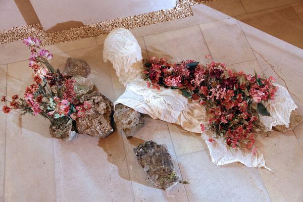 memory of flowers I, 2011, Bodenobjekt, Textil gehärtet, Textilblumen, Steine, ca. 140x75 cm