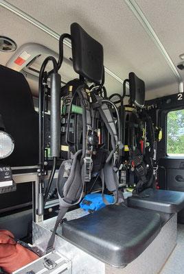 Integrierte Überdruck - Pressluftatmer mit Leichtbauflaschen und Funk  für den Angriffstrupp in den Rücksitzen / © Freiwillige Feuerwehr Cuxhaven-Duhnen