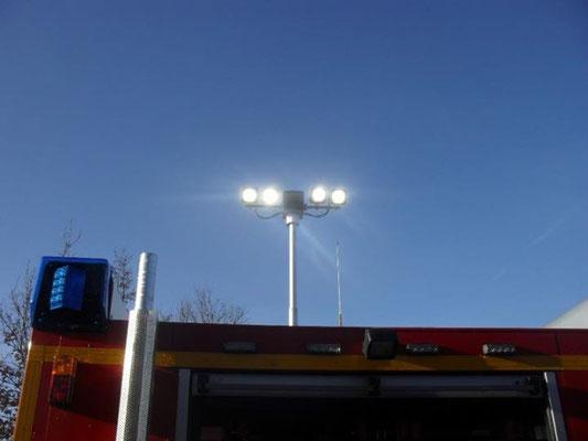 Pneumatisch ausfahrbarer Xenon - Flutlichtmast / © Freiwillige Feuerwehr Cuxhaven-Duhnen