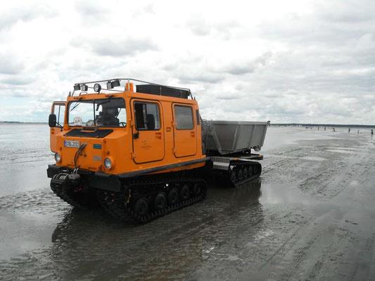 Das Hägglundfahrzeug der NLWKN ist das wattgängigste Fahrzeug überhaupt © FF-Duhnen