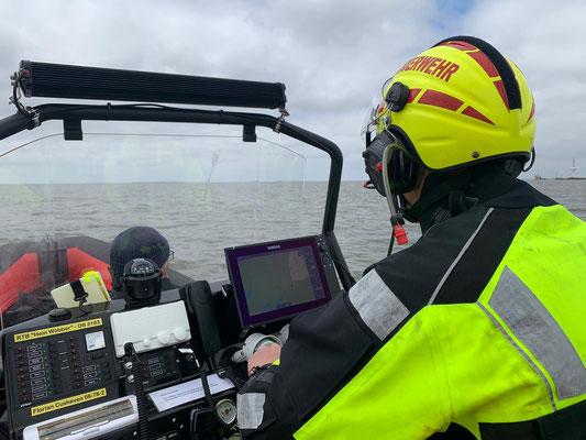 Der Fahrer mit Gekko Helm, See- und BOS Funk können gleichzeitig geräuscharm bedient werden. © Freiwillige Feuerwehr Cuxhaven-Duhnen