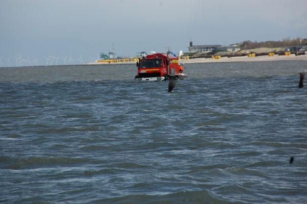 Der Wattrettungsunimog der BF kommt mit dem zweiten Boot © FF.Cuxhaven-Duhnen