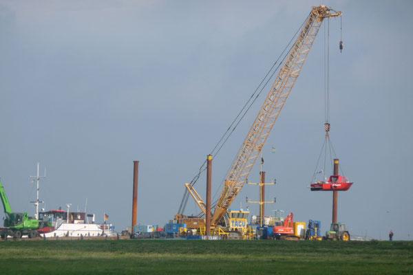 Da ehemalige Rettungsboot der Feuerwehr Insel Neuwerk geht per Kran zu Wasser © FF-Duhnen