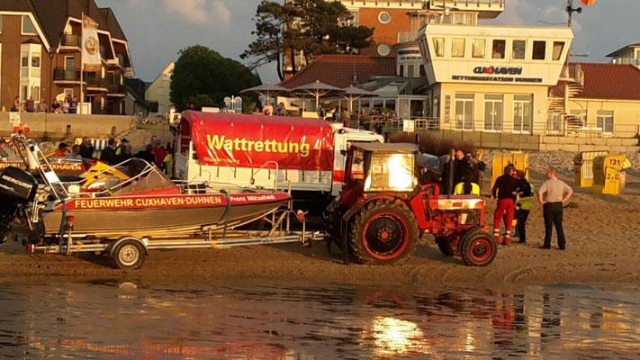 Im Hintergrund die Rettungsstation Duhnen © Freiwillige Feuerwehr Cuxhaven-Duhnen