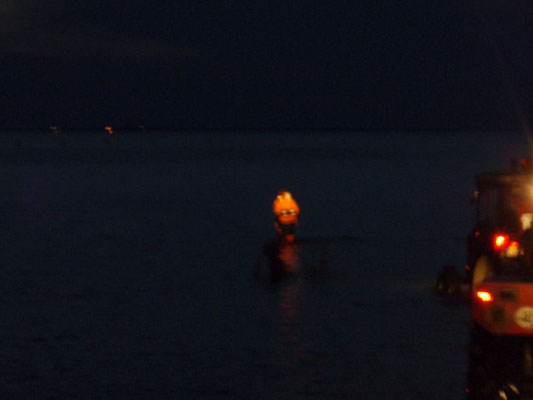 Erkunden des derzeitigen Wasserstandes des Priels © FF-Duhnen