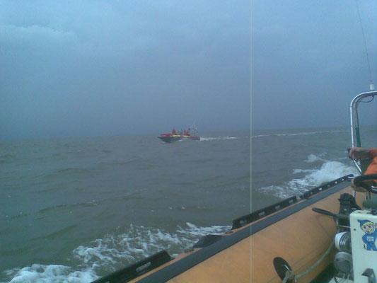 Das Boot der BF begleitet © FF-Duhnen