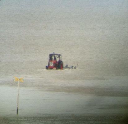 Der Trecker fährt dem Boot imRückwärtsgang entgegen © FF-Duhnen