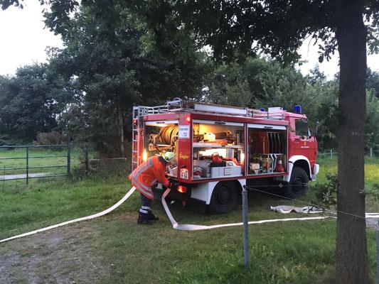Das Tanklöschfahrzeug aus Stickenbüttel beim Aufbau der Wasserversorgung © FF.Cuxhaven-Duhnen