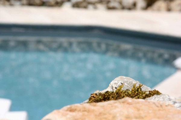 murets de pierre sèches et piscine lotoise