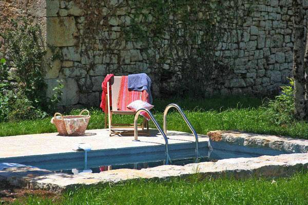 une sieste au bord de la piscine ? c'est une location dans le Lot pour vos vacances