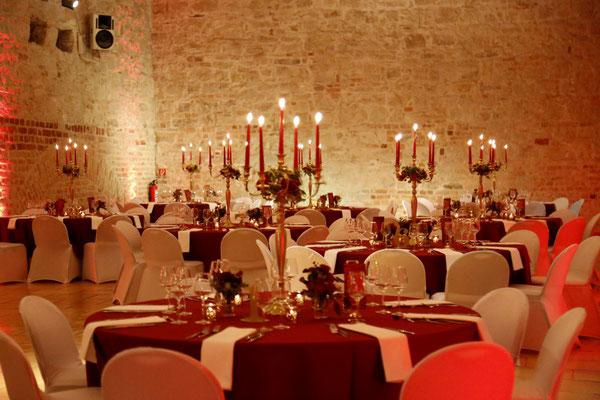 große 5-armige Kerzenleuchter sorgen für romantische Kerzenstimmung