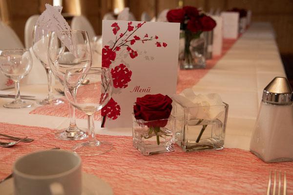 Tischdeko in rot-weiss mit passender Papeterie