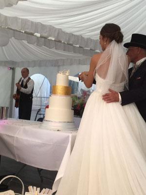 die Hochzeitstorte mit einem Hauch von gold