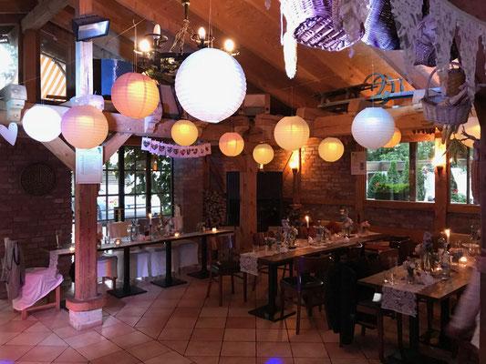abends brachten die beleuchteten Lampions romantische Stimmung in den Saal