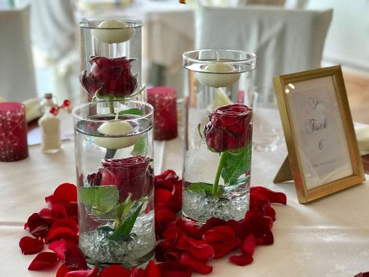 romantische Rosendeko mit Schwimmkerzen