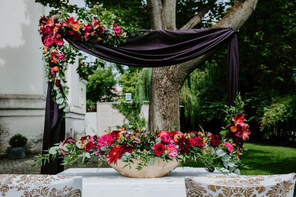 Wundervoll farbenprächtige Gestecke unseres Floristen. Großartig!