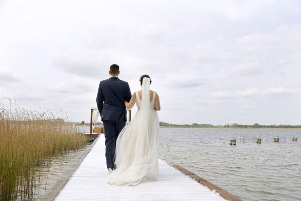 Als Ehefrau und Ehemann schreiten die Beiden zum Boots-Fotoshooting