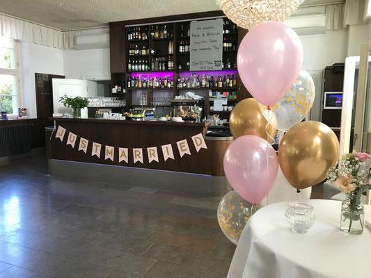Ballonsträuße im Farbkonzept rosé-gold passen setzen kleine Highlights im Saal