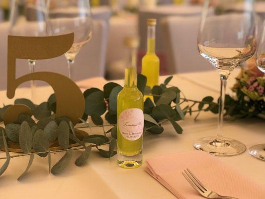 die Limoncello-Gastgeschenke passen perfekt zur rosé farbenen Hochzeitsdeko