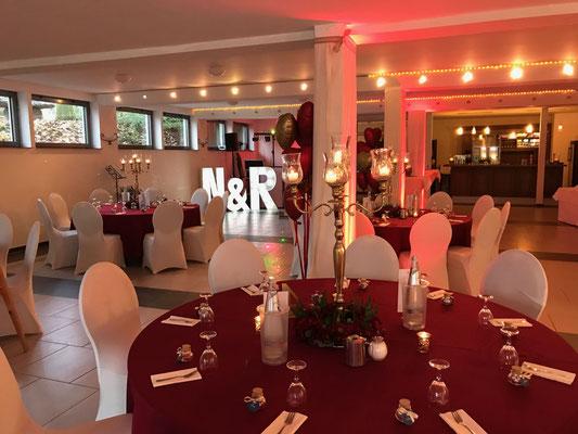 Abendstimmung mit Kerzen und Lichterketten