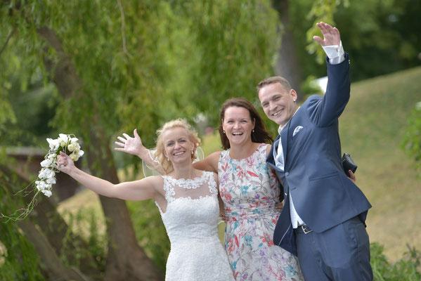 glückliches Brautpaar & glückliche Hochzeitsplanerin
