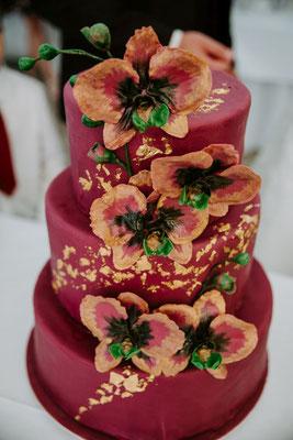 Die Hochzeitstorte wurde mit essbarem Blattgold und handgefertigten Zuckerblüten verziert - magisch!