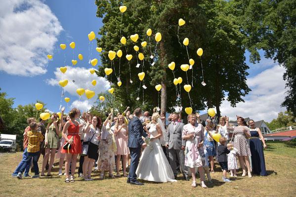 gelbe Luftballons steigen lassen