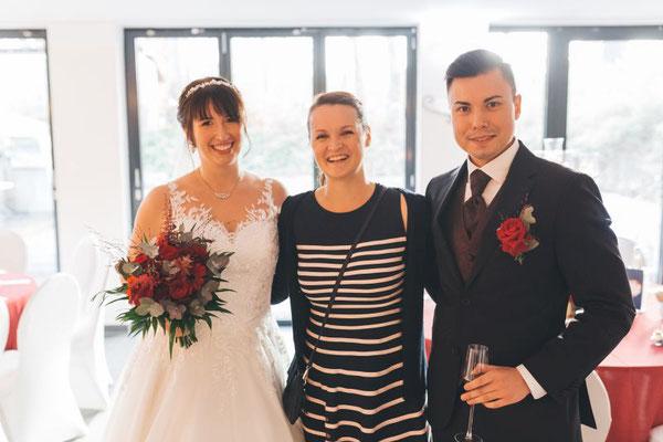 Brautpaar und Hochzeitsplanerin Stefanie Frädrich sind überglücklich, dass alles wunderschön ist und nach Plan läuft