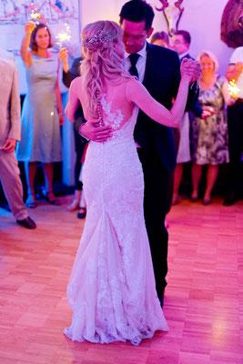 der Eröffnungstanz des Brautpaares gehört zu jeder Hochzeitsparty dazu, dann kommen auch die Gäste auf die Tanzfläche