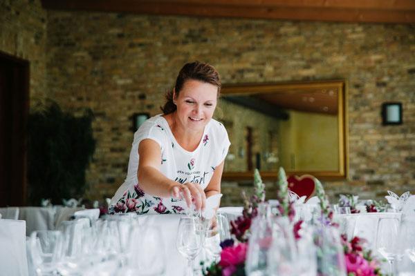 liebevoll kümmere ich mich um die Tischdeko in der Hochzeitslocation am Wasser