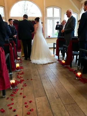 ein emotionaler Moment für alle, wenn die Braut kommt