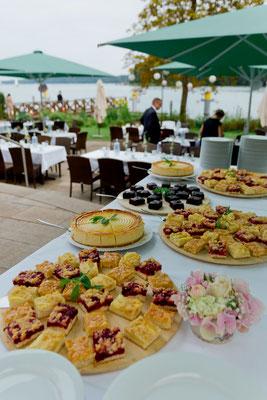 Kuchenbuffet auf der Terrasse am Wasser