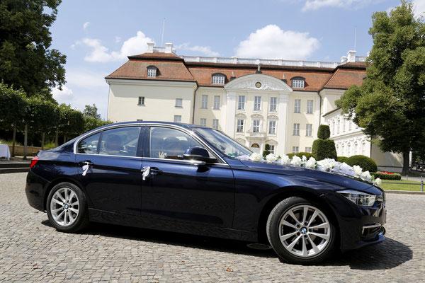 Das Brautauto fährt auf den Schlosshof