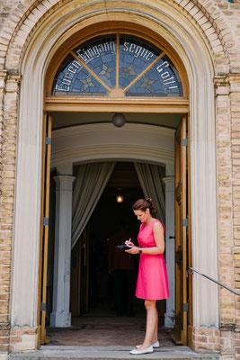 Check des Zeitplans kurz vor der kirchlichen Trauung
