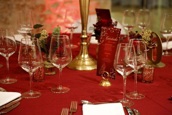 kleine goldene Halter für die Getränkekarten und goldene Kerzenleuchter