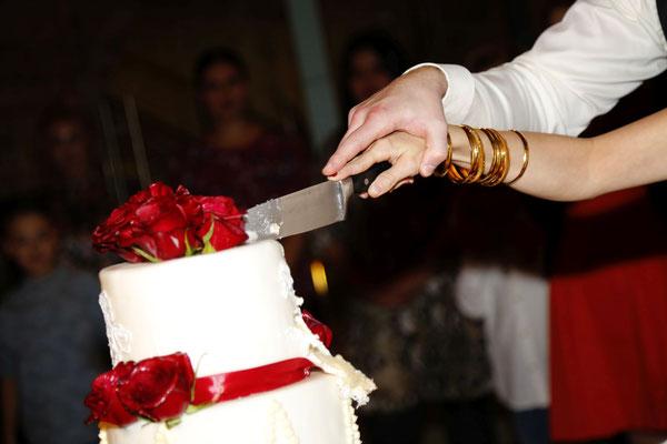 Anschnitt der Hcohzeitstorte - diesmal als Dessert nach dem Hochzeitsbuffet